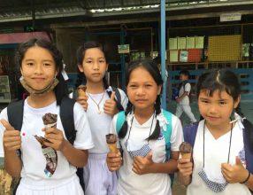คุณชัยพร ภูคำวงค์ (พี่ไก่) นำไอศครีมมาเลี้ยงนักเรียนเนื่องในวันเกิด
